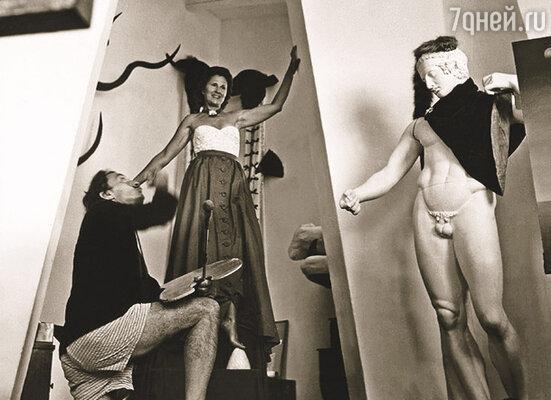 Дали  всю жизнь черпал особое вдохновение в собственной несамостоятельности. Полное подчинение характеру жены, ее настроениям и суждениям за много лет стало для него образом жизни, почти религиозной догмой. В доме в Порт-Льигате, 1950-е годы