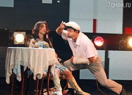 Кадр из выпуска, посвященного творчеству Леонида Гайдая. Певица Зара и актер Дмитрий Певцов