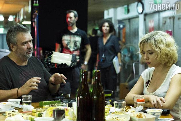 Люк Бессон и Скарлетт Йоханссон на съемках фильма «Люси»