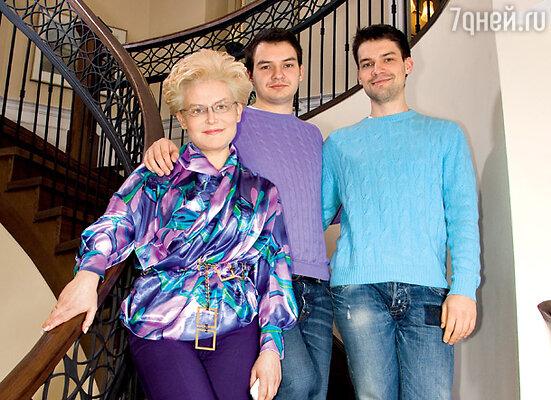 С сыновьями Василием и Юрием. Место съемки — жилой комплекс «Новые Вешки»