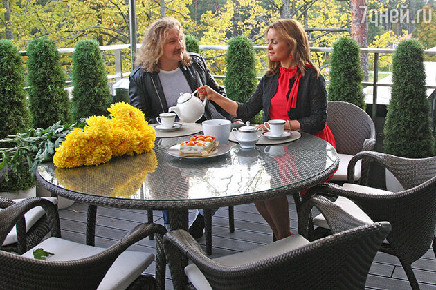 Игорь Николаев и Юлия Проскурякова на балконе свой квартиры в Юрмале