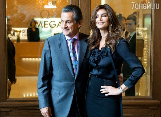 Президент компании OMEGA Стивен Уркхарт и американская топ-модель Синди Кроуфорд на открытии бутика «Omega» в ГУМе