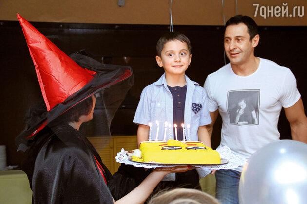 Богдану удалось задуть семь свечей и загадать семь желаний