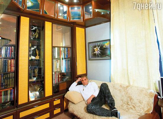 В рабочем кабинете Бари Алибасов проводит большую часть дня