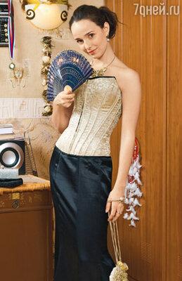 Ланская придумала себе вечерний наряд, в котором можно выйти не один раз и никто этого не заметит. Секрет — в двусторонних разноцветных корсетах, которых у актрисы уже четыре