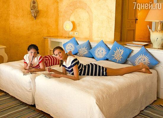 Любовь Толкалина с дочерью в сьюте «Cala del Forte» на курорте «Forte Village»