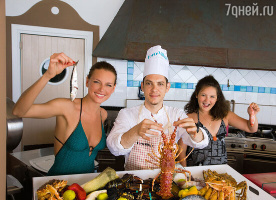 «Омары, омары... Селедка — вот наша еда!». Любовь с дочерью и шеф-поваром ресторана BEACHCOMBER Франческо Карата. На Марии платье JOHN GALLIANO.