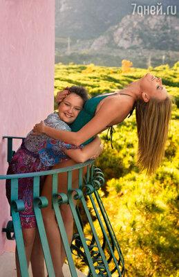 «Дочке со мной очень тяжело, потому чтоона— абсолютная моя копия». На балконе отеля CASTELLO курорта FORTE VILLAGE. НА МАРИИ ТУНИКА GOTTEX , «Эстель Адони».