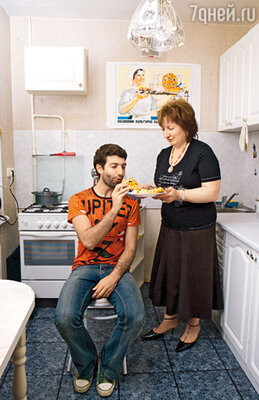 Таир обожает, когда в гости приходит мама, Нина Михайловна