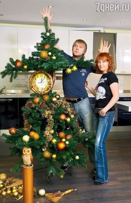 Сергей Светлаков с женой Юлей и их елка-часы. Декабрь 2007 г.