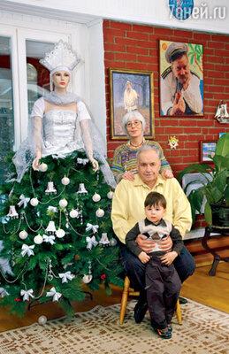 Эльдар Рязанов с женой Эммой Валерьяновной и внуком Ваней