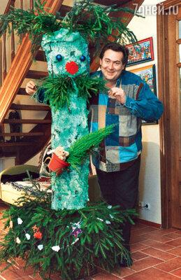 Юрий Стоянов и елка-«Олейников». Декабрь 2001 г.