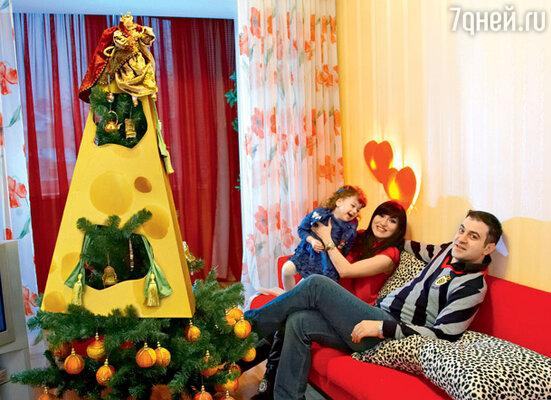 Гарик Мартиросян, его жена Жанна и дочка Жасмин у «сырной» елки. Декабрь 2007 г.
