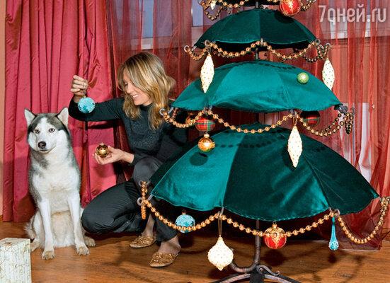 Актриса Елена Яковлева с хаски Диком и «зонтичной» елкой. Январь 2005 г.