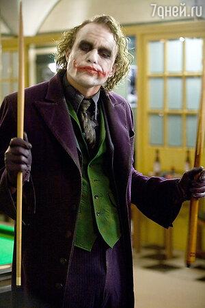 Говорили, что причиной смерти Хита Леджера стала его роль убийцы-психопата Джокера в фильме «Темный Рыцарь». Актер там и не смог смог психологически отойти от этой тяжелейшей работы