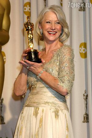 Сияющая от счастья актриса Хелен Миррен и сама выглядела как настоящая королева