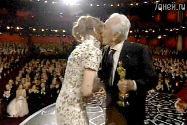 Мало кто верил, что 94-летний актер Кирк Дуглас вообще сможет появиться. Однако знаменитый Спартак под бурные аплодисменты все же вышел на сцену и вручил «Оскар» актрисе Мелиссе Лео