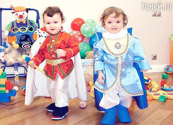 Сын певицы Костик (справа) и его двоюродный брат Сандро в костюмах принцев