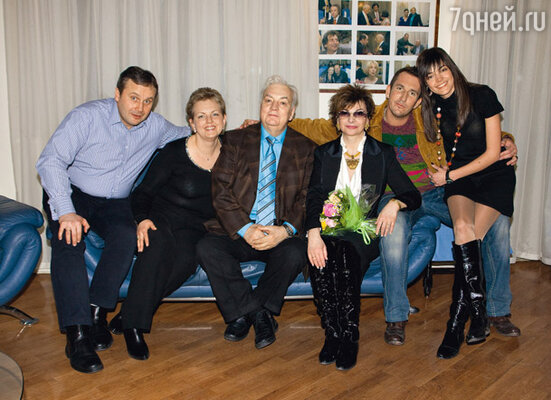 Михаил Державин с женой Роксаной Бабаян, дочерью Марией (слева), зятем Петром, племянником Михаилом Владимировым и его подругой Анастасией