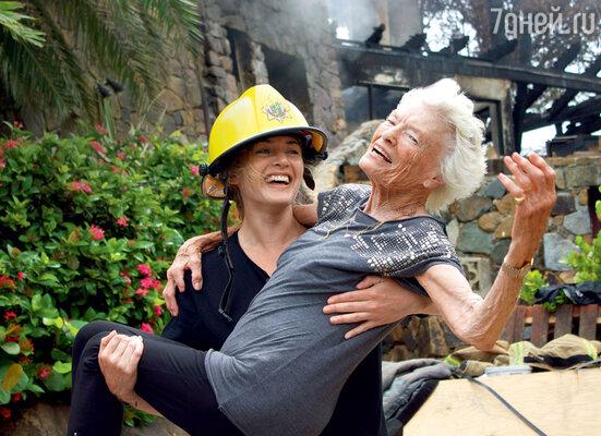 Кейт Уинслет насвоих руках вынесла иззагоревшегося дома 90-летнюю женщину