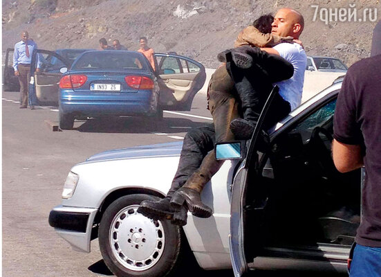 Вину Дизелю удалось спасти из загоревшейся врезультате аварии машины мужчину и двоих его детей. Кадр из фильма «Форсаж 6»