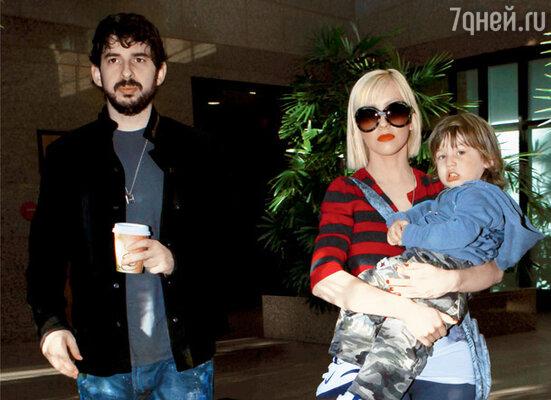 С мужем Джорданом Брэтменом и сыном Максом. 2009 г.