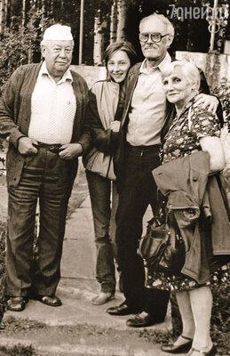 На фото я с дедом и бабушкой, рядом — начальник пионерского лагеря. Они уже знают, что папа погиб, а я еще нет