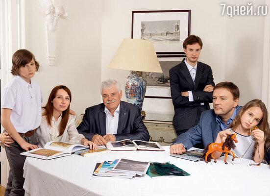 Я с дядей Алексеем, Лешей Ниловым и моими детьми Витей, Петей и Алисой