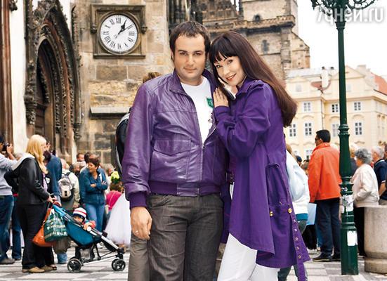 Нонна и Александр у городской ратуши, где они три года назад поженились