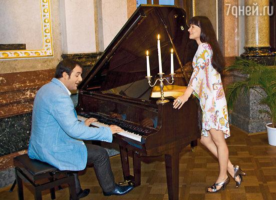 После ужина Саша сел за рояль и запел «Не умирай любовь»...