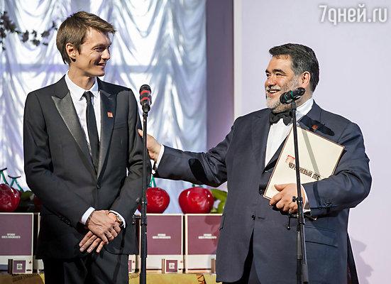 В начале церемонии гостей приветствовали кинорежиссер, член попечительского совета Филипп Янковский и Михаил Куснирович, глава Bosco di Ciliegi, основатель фестиваля «Черешневый Лес»