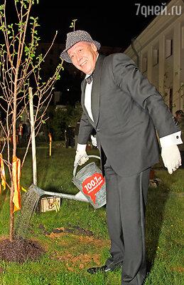 По традиции обладатели премии имени Олега Янковского посадили в сквере Дома Пашкова черешневые деревья. На фото - Михаил Ефремов