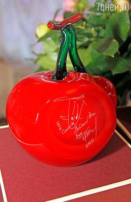 Черешневая ягода из стекла специально изготавливается в мастерских венецианского стекольного мастера Сильвано Синьоретто. На срезе — личный автограф Олега Ивановича Янковского