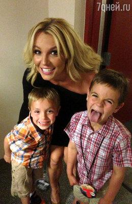 Бритни Спирс со своими сыновьями — шестилетним Джейденом Джеймсом и семилетним Шоном Престоном