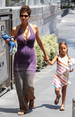 С дочкой — пятилетней Налой — проводит День матери и Холли Берри, беременная вторым ребенком