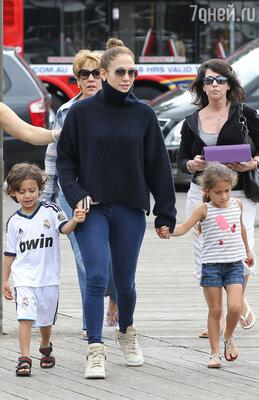 Дженнифер Лопес, у которой двое детей — близняшки Макс и Эмма