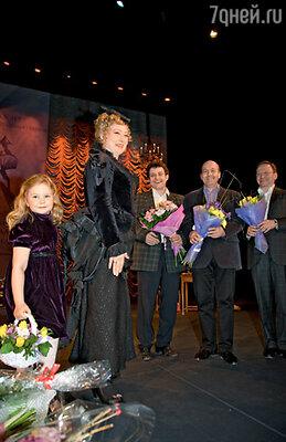 Марию поздравляют Михаил Полицеймако, Вячеслав Гришечкин и Игорь Угольников