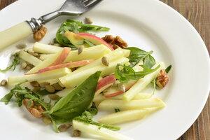 Легкий салат из яблок с семечками: рецепт от актрисы  Юлии Пересильд