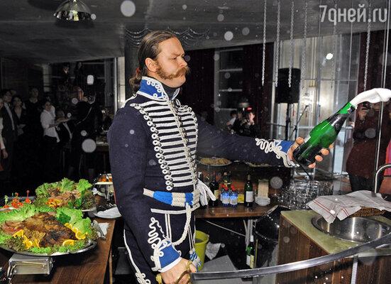 Торжественный вечер был открыт ритуалом позапрошлого века: гусар срубил саблей горлышко бутылки шампанского