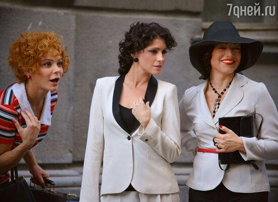 Анастасия Макеева и Лаура Кеосаян играют действующих манекенщиц, а Алена Хмельницкая — их наставницу, модель в прошлом