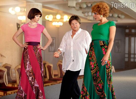 Режиссер Елена Николаева (вцентре) сама учила актрис правильной походке