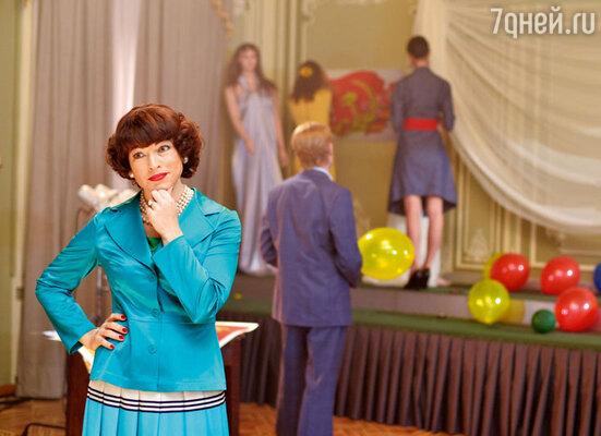 Заместитель директора Дома моды Виолетта (Алена Хмельницкая) следит за тем, чтобы девушки находились в идеальной форме