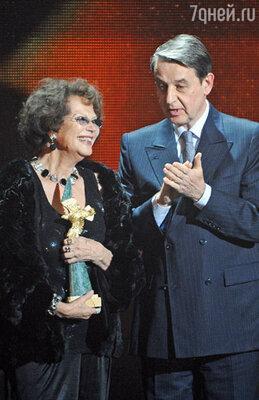 Итальянская актриса Клаудия Кардинале, получившая приз за выдающийся вклад в мировой кинематограф, и министр культуры РФ Александр Авдеев во время церемонии вручения национальной кинопремии «Золотой орел»
