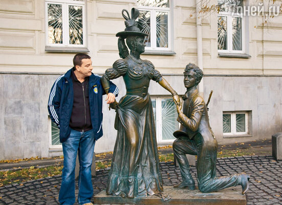 На Андреевском спуске у памятника героям фильма «За двумя зайцами»