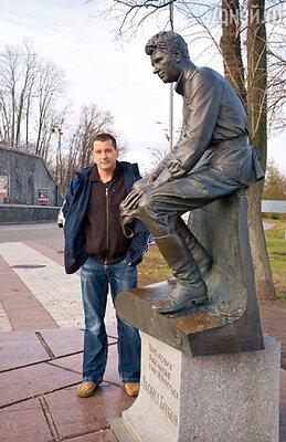 У памятника Леониду Быкову в образе героя фильма «В бой идут одни «старики»