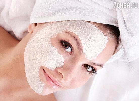 Утром лучше всего делать тонизирующие маски и отдать предпочтение  максимально тонкой структуре средства.  Во второй половине дня, если мы не планируем выходить на улицу,   подойдут  увлажняющие и питательные