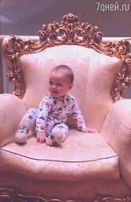 В эфире программы «Вечерний Ургант» Буре впервые показал фотографию своего сына