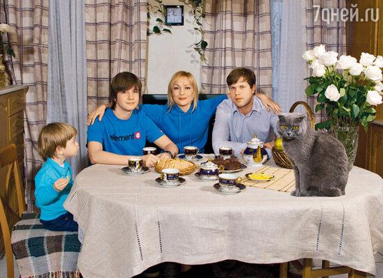 С сыновьями Никитой, Сашей и мужем Владиславом Радимовым в питерской квартире
