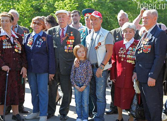 Олег Газманов с дочерью Марианной и ветеранами