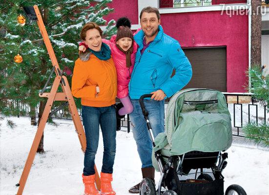 Мария Киселева с мужем Владимиром Кирсановым и дочками Дашей и Сашей (в коляске)